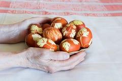 Пасхальные яйца в плите wickerwork Стоковые Фото