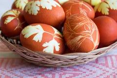 Пасхальные яйца в плите wickerwork Стоковые Изображения RF