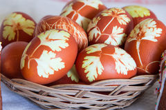 Пасхальные яйца в плите wickerwork Стоковое Изображение