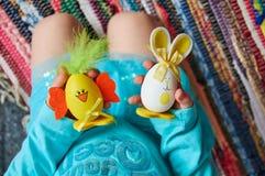 Пасхальные яйца в руке Стоковое Изображение RF