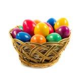 Пасхальные яйца в busket изолированном на белом отрезке предпосылки Стоковые Фотографии RF
