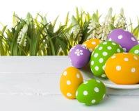 пасхальные яйца засевают травой спрятано стоковая фотография