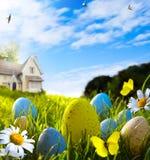Пасхальные яйца искусства на поле весны Стоковые Изображения