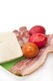 Пасхальные яйца и аранжированный сыр бекона и фета на зеленой плите Стоковые Изображения RF