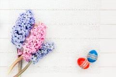 2 пасхальные яйца и гиацинта на белой скатерти Взгляд сверху Стоковые Фото