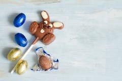 Пасхальные яйца и кролик шоколада Стоковые Изображения