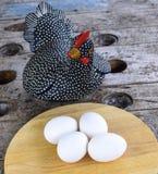 Пасхальные яйца и курица Стоковое Изображение