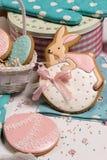 Пасхальные яйца и мед-торт кролика, сладостная кухня предпосылки цвета Стоковое Изображение RF