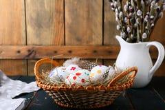 Пасхальные яйца и молодые ветви вербы Стоковые Изображения