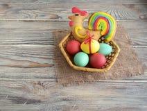 Пасхальные яйца и петух стоковые изображения