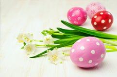 Пасхальные яйца и пук snowdrops Стоковое фото RF