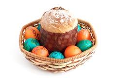 Изолированные пасхальные яйца и корзина Стоковые Изображения RF