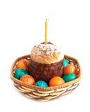Изолированные пасхальные яйца и торт Стоковые Фото
