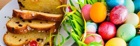 Пасхальные яйца и традиционный торт праздника Стоковые Изображения