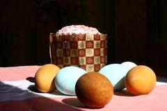Пасхальные яйца и хлеб на таблице 3 Стоковые Фотографии RF