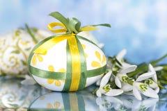 Пасхальные яйца и цветок Стоковая Фотография