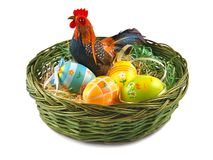 Пасхальные яйца и цыпленок в корзине Стоковое Изображение RF