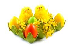 Пасхальные яйца и цыплята на белой предпосылке Стоковое Изображение