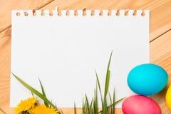 Пасхальные яйца и чистый лист бумаги Стоковые Изображения