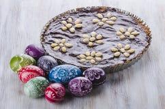 Пасхальные яйца и шоколадный торт пасхи mazurek традиционный польский Стоковые Изображения