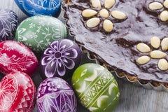 Пасхальные яйца и шоколадный торт пасхи mazurek традиционный польский Стоковое Изображение RF