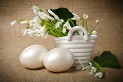 Пасхальные яйца и snowdrops Стоковое Изображение RF