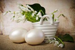 Пасхальные яйца и snowdrops Стоковые Фотографии RF