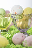 Пасхальные яйца конфеты на кровати бумаги Crepe и в розовом и зеленом Cr Стоковое фото RF