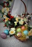 пасхальные яйца корзины Стоковые Фотографии RF