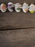 Пасхальные яйца на †деревянного стола «приправляют предпосылку стоковые изображения rf