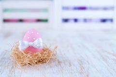Пасхальные яйца над белой деревянной винтажной таблицей Стоковое фото RF