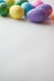 Пасхальные яйца на белой предпосылке, декоративные яичка, Стоковая Фотография RF
