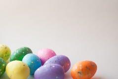 Пасхальные яйца на белой предпосылке, декоративные яичка, Стоковое Фото