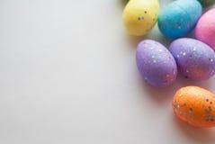 Пасхальные яйца на белой предпосылке, декоративные яичка, Стоковое Изображение