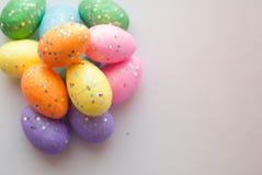 Пасхальные яйца на белой предпосылке, декоративные яичка, Стоковое Изображение RF