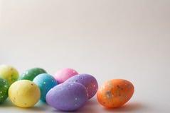 Пасхальные яйца на белой предпосылке, декоративные яичка, Стоковые Фотографии RF