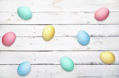Пасхальные яйца на деревянной предпосылке планок стоковое изображение rf