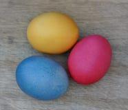 Пасхальные яйца на деревянной планке Стоковые Фото