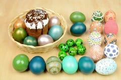 Пасхальные яйца на деревянной таблице Стоковое Изображение