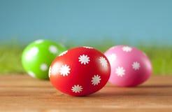 Пасхальные яйца на деревянных планках Стоковые Фотографии RF