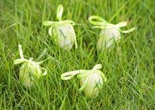Пасхальные яйца на зеленой траве. Стоковое фото RF