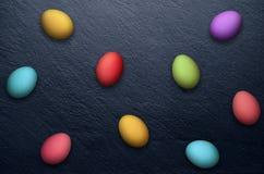 Пасхальные яйца на каменной предпосылке Стоковые Фото