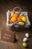 Пасхальные яйца на корзине Стоковые Фотографии RF