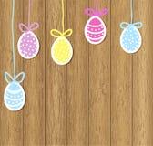 Пасхальные яйца на коричневой деревянной предпосылке Стоковая Фотография RF