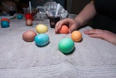 Пасхальные яйца на полотенце Стоковые Фотографии RF