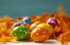 Пасхальные яйца на предпосылке пера Стоковое Изображение RF