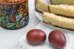 Пасхальные яйца на салфетке и торте Стоковое фото RF