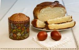 Пасхальные яйца на салфетке и торте Стоковые Фото