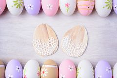 Пасхальные яйца на серой деревянной предпосылке Стоковое Изображение