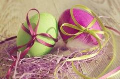 Пасхальные яйца на старой деревянной предпосылке Стоковые Фотографии RF